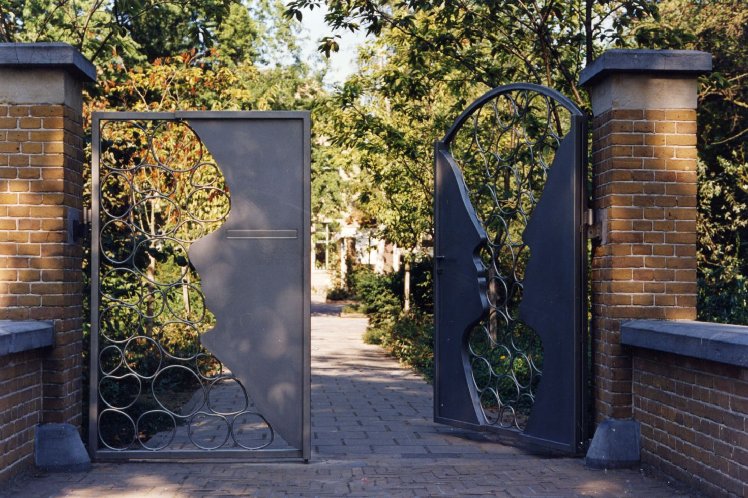 entrance gate school - Municpality of Dordrecht - steel sculpture - 1991