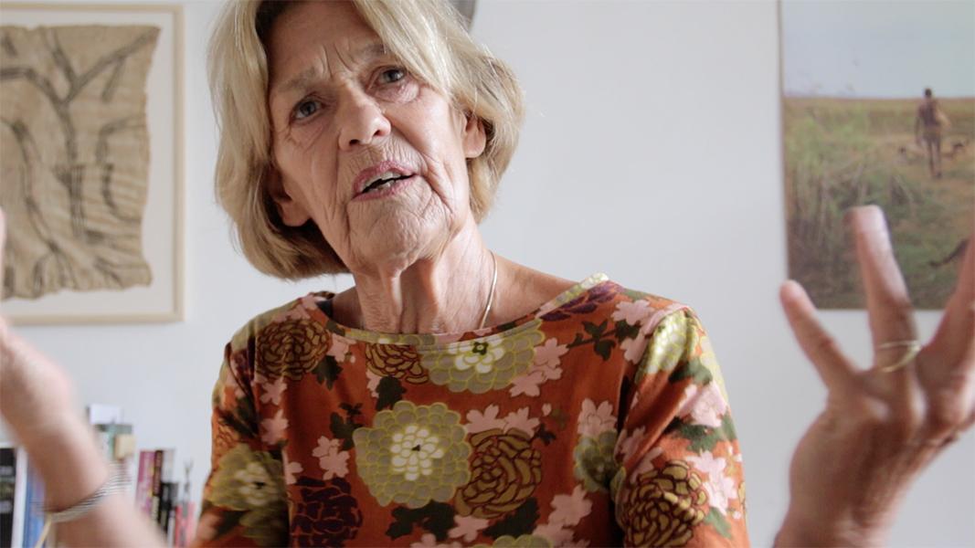 """Video still Liesbeth Brandt Corstius """"Je moet de ruimte scheppen om die bemiddeling mogelijk te maken, om dat contact goed te laten lopen."""""""